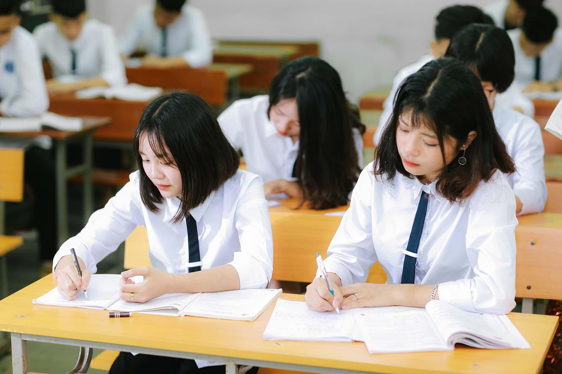 Làm sao để thi môn Văn tốt: Học hỏi nữ sinh trường Chuyên Phan Bội Châu ngay!
